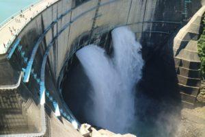 ダムの放水です