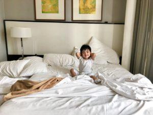 ベッド 休日 くつろぐ
