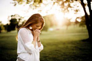 祈る女性です