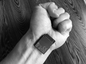 マイクロチップを埋め込んだ手のイメージです