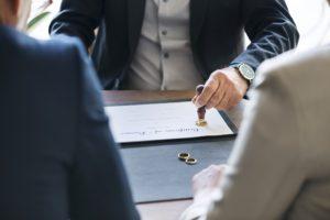 株主総会議事録には誰が署名・押印するのか?